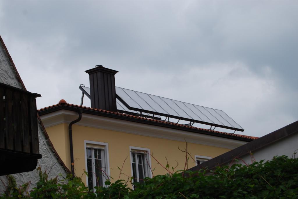 Слънчеви колектори монтирани на многофамилна жилищна сграда